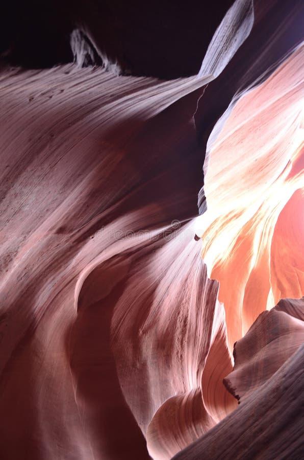 Luce che splende tramite le pareti di canyon rosse della roccia fotografie stock