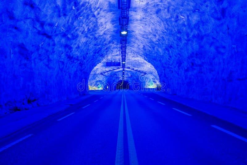 Luce colorized blu nel roadtunnel pi? lungo dei mondi immagini stock libere da diritti