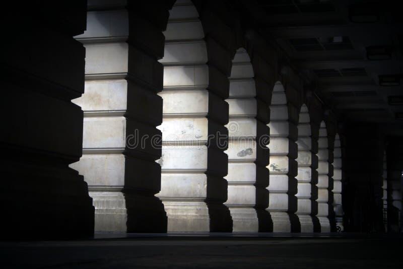 Luce con gli arché di pietra immagine stock libera da diritti