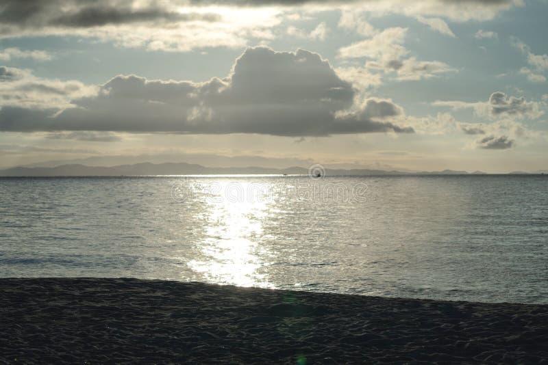 Luce crepuscolare di stupore dell'oro al mare e spiaggia sull'isola di Munnok, Tailandia fotografia stock libera da diritti