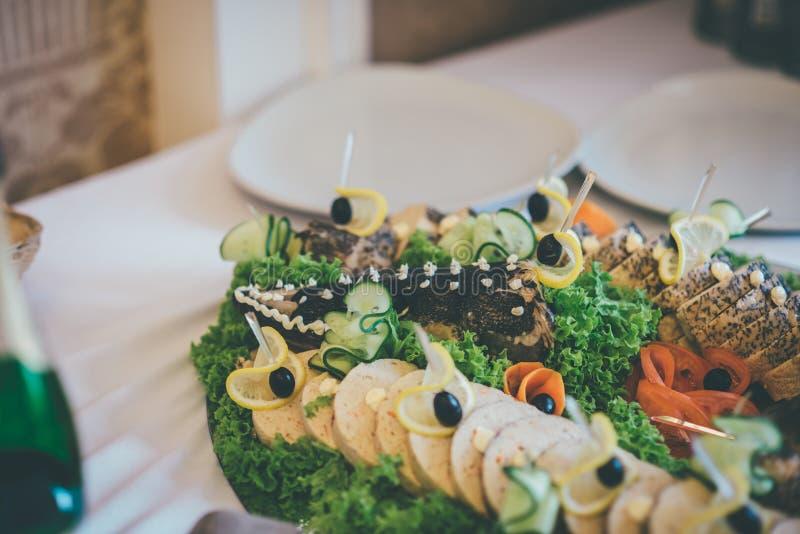Luce cuit au four sur le plat dans le restaurant photo libre de droits