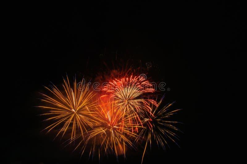 Luce dei fuochi d'artificio sull'esposizione di abbagliamento del cielo fotografia stock libera da diritti