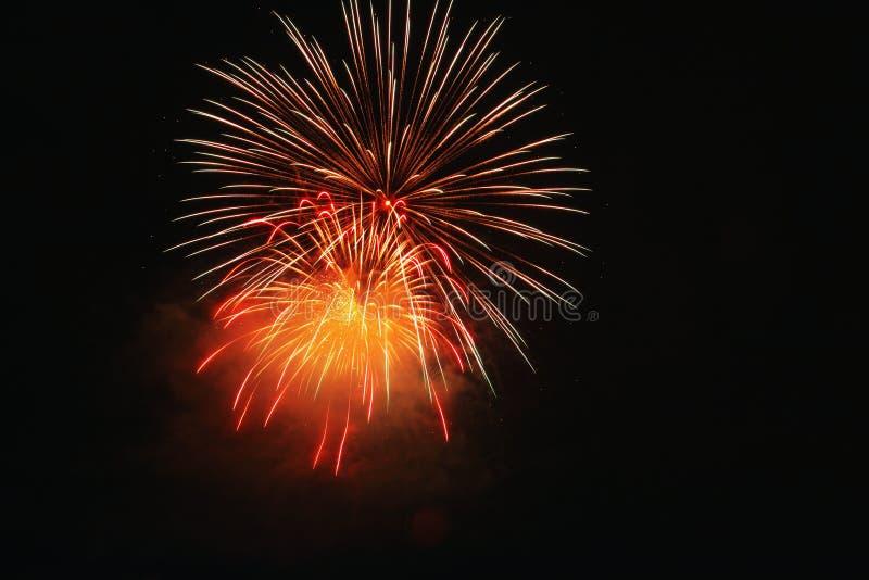 Luce dei fuochi d'artificio sull'esposizione di abbagliamento del cielo immagini stock