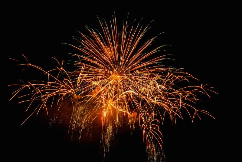 Luce dei fuochi d'artificio sull'esposizione di abbagliamento del cielo fotografie stock libere da diritti