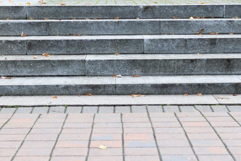 Luce del giorno i punti marmorizzano le scale che vanno su primo piano fotografie stock