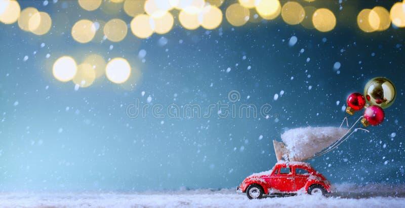 Luce dell'albero di Natale ed albero di Natale sull'automobile del giocattolo immagini stock libere da diritti
