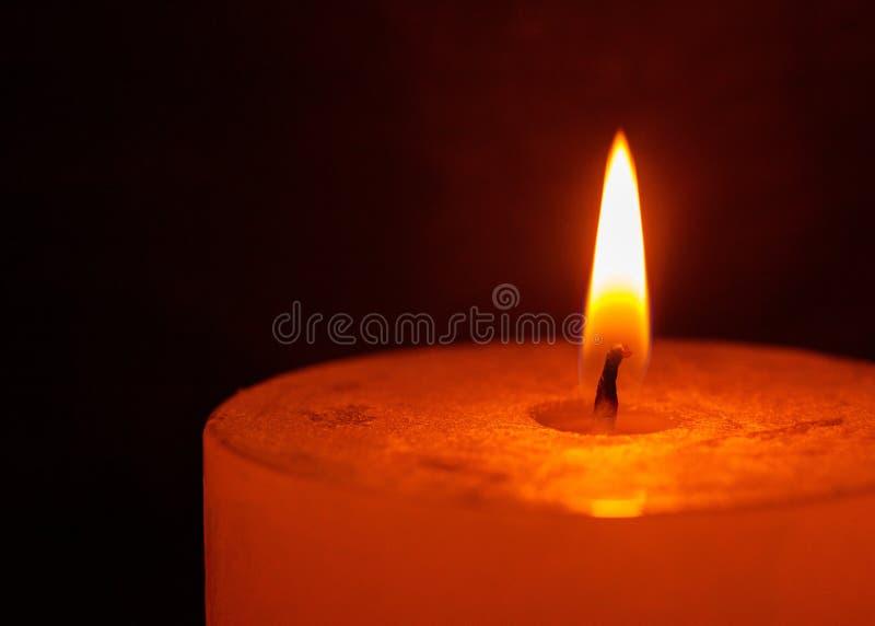 Luce della candela Combustione della candela di Natale alla notte fotografie stock