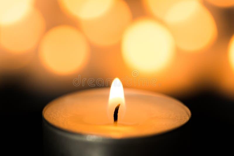 Luce della candela Combustione della candela di Natale alla notte fotografia stock libera da diritti