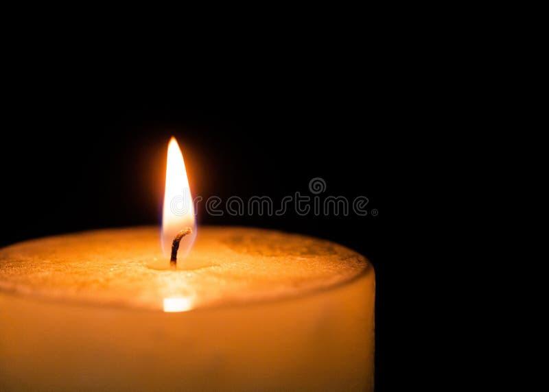 Luce della candela Combustione della candela di Natale alla notte fotografia stock