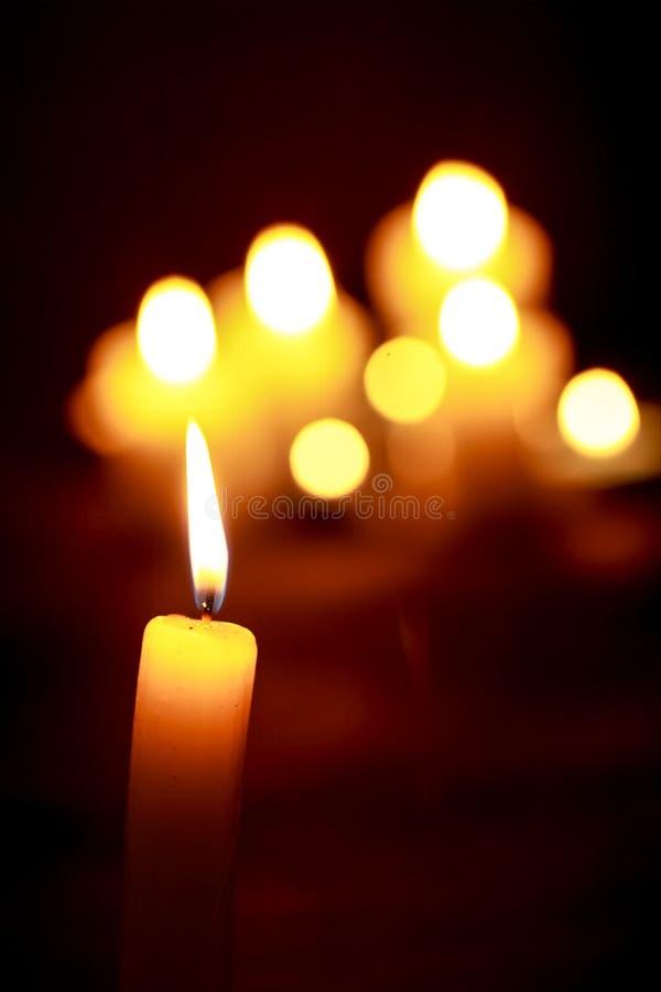 Luce della candela Combustione della candela di Natale alla notte immagini stock