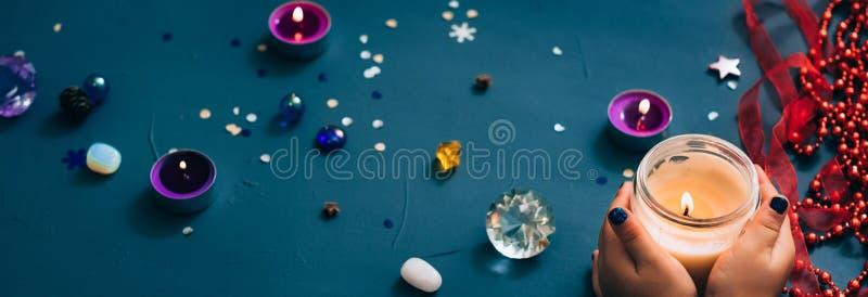 Luce della candela della mano della decorazione di festa di spirito di Natale fotografia stock libera da diritti