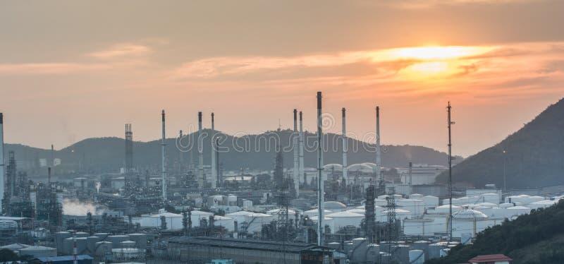 Luce della centrale elettrica di industria petrochimica fotografia stock libera da diritti