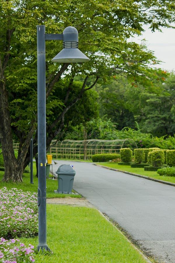Luce della colonna nel parco immagini stock libere da diritti