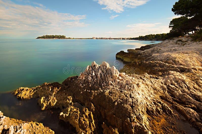 Luce della costa di Rocky Adriatic di mattina immagine stock libera da diritti