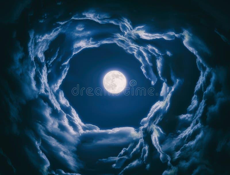 Luce della luna alla notte con la luna piena immagine stock