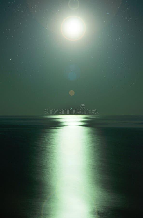 Luce della luna dal mare fotografia stock