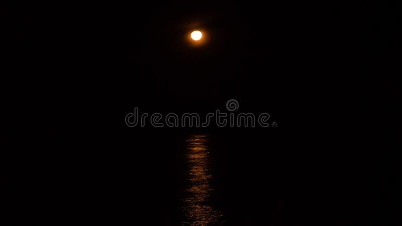 Luce della luna in mare immagine stock