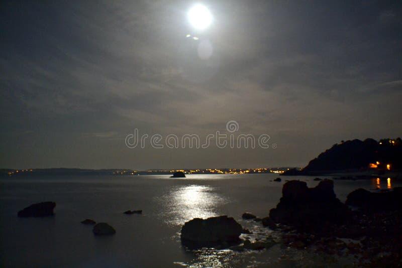 Luce della luna sopra la riva di mezzanotte fotografia stock