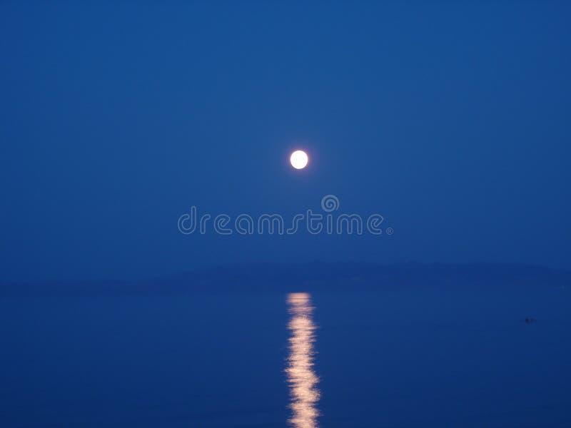 Luce della luna su acqua fotografia stock libera da diritti