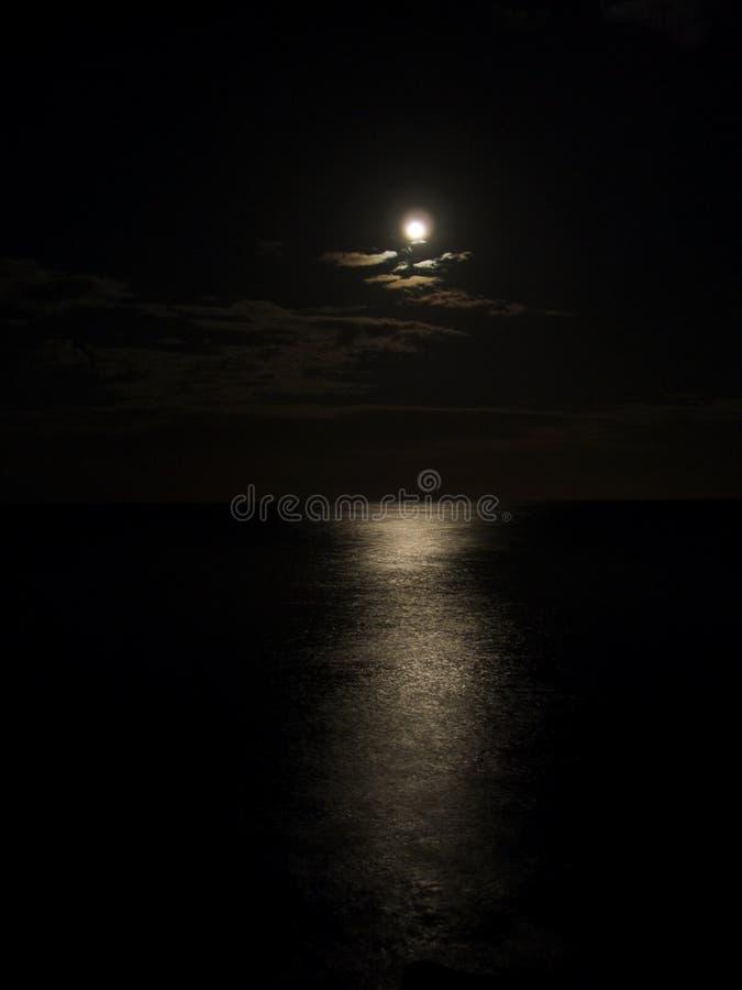 Luce della luna sul mare. fotografia stock