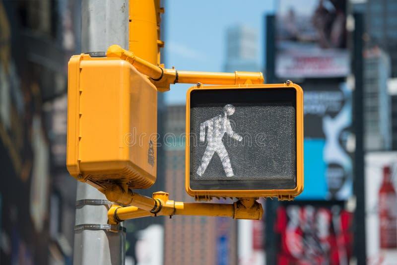 Luce della passeggiata di traffico pedonale sulla via di New York immagini stock libere da diritti