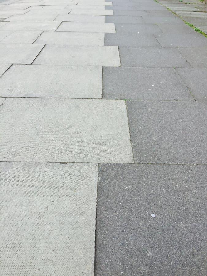 Luce della pavimentazione di Londra e pietra per lastricati scura urbane fotografia stock libera da diritti