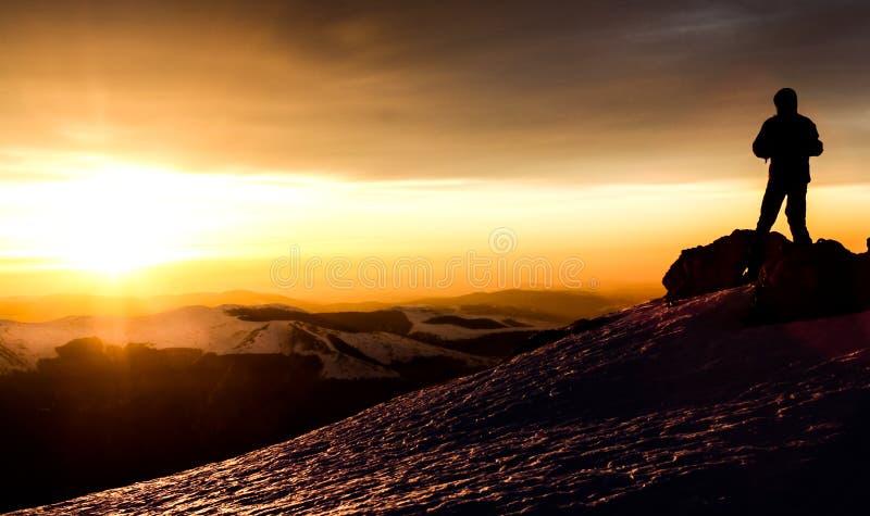 Luce di alba sulla cima di una montagna rumena nell'inverno