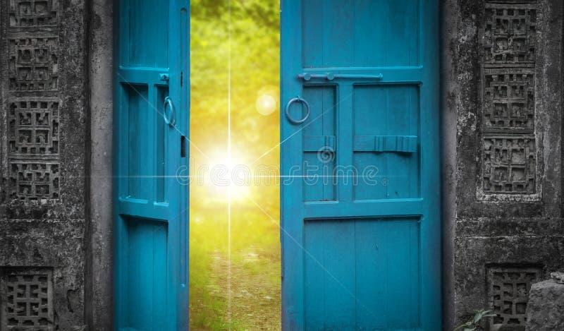 Luce di cielo e della porta aperta fotografia stock libera da diritti