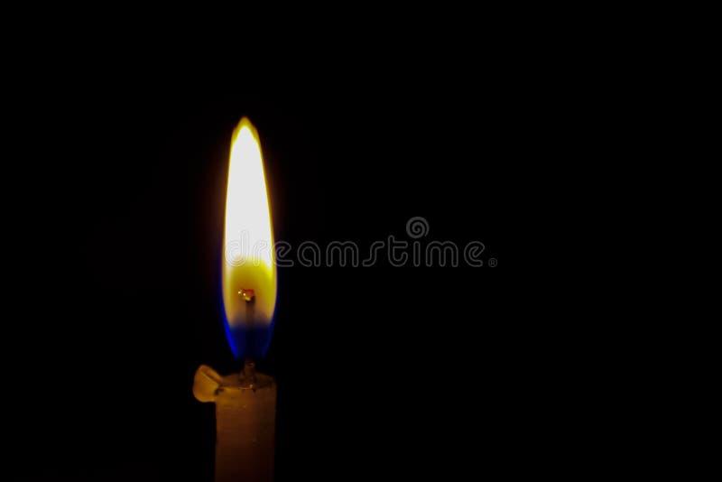 luce di diffusione della candela di natale su fondo nero fotografia stock