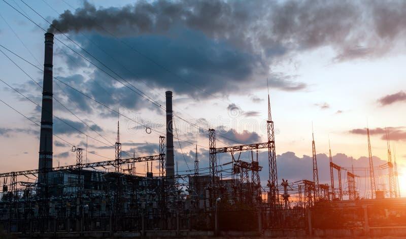 Luce di incandescenza di industria petrochimica sul tramonto immagini stock