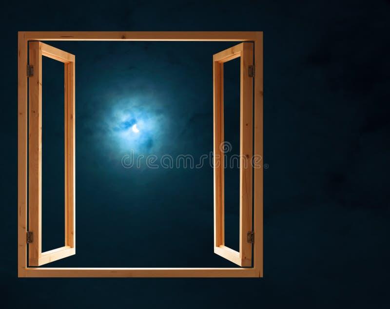 Luce di mezza luna scura aperta di notte della finestra immagini stock libere da diritti