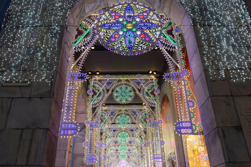 Luce di Natale della decorazione dentro costruzione con il grande portico anteriore fotografia stock libera da diritti