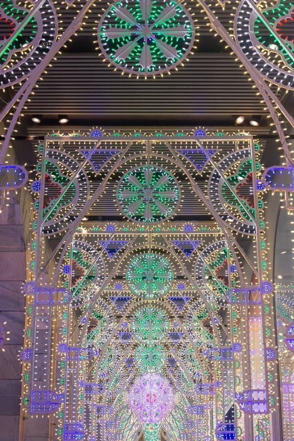 Luce di Natale della decorazione dentro il grande portico anteriore fotografie stock libere da diritti