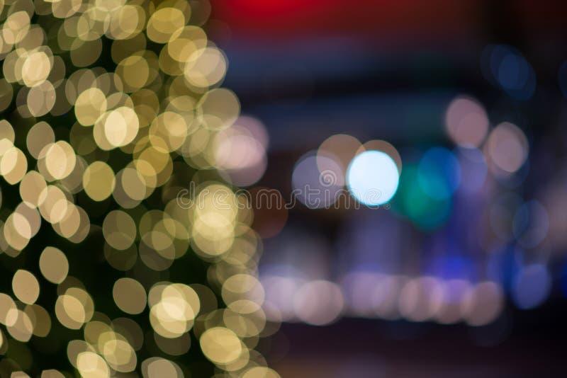 Luce di Natale sull'albero, fondo defocused astratto immagine stock libera da diritti