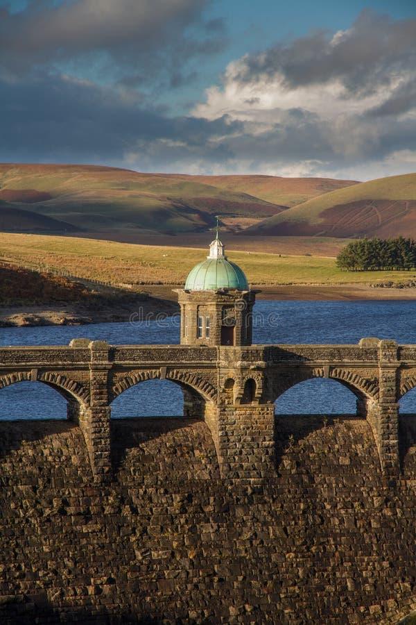Luce di sera del bacino idrico e di Craig Goch Dam, autunno di caduta fotografia stock libera da diritti