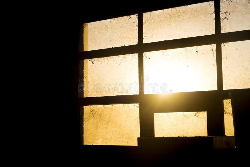 Luce di tramonto attraverso la finestra stabile sporca immagine stock libera da diritti