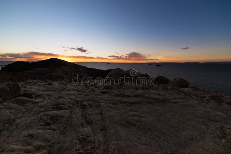 Luce di tramonto sull'isola del Sun, lago Titicaca, fra la destinazione di viaggio più scenica in Bolivia Panorama espansivo con immagine stock