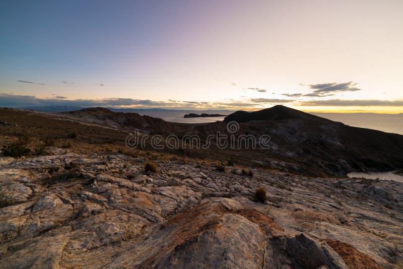 Luce di tramonto sull'isola del Sun, lago Titicaca, fra la destinazione di viaggio più scenica in Bolivia Panorama espansivo con immagine stock libera da diritti