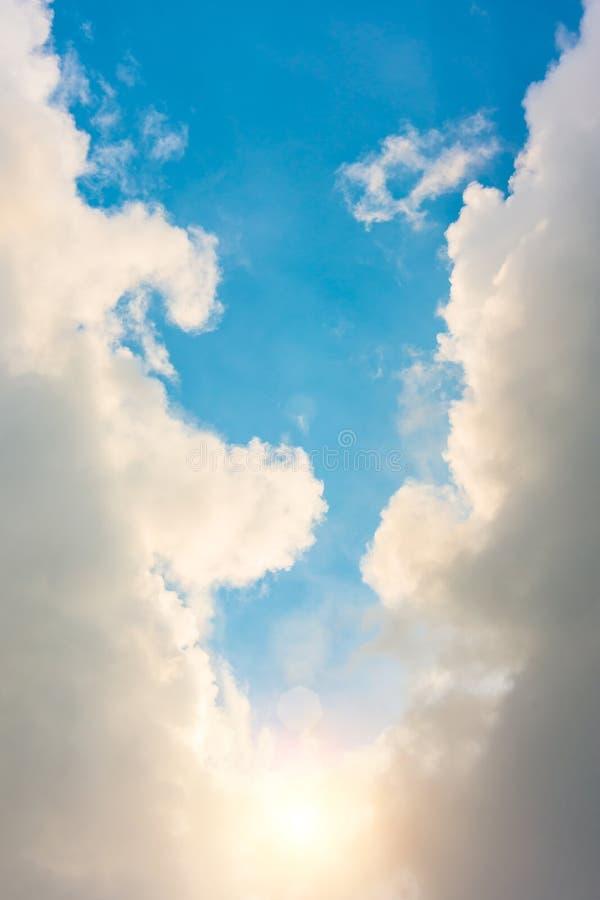 Luce divina dal sole in una chiari nuvola e cielo blu immagini stock