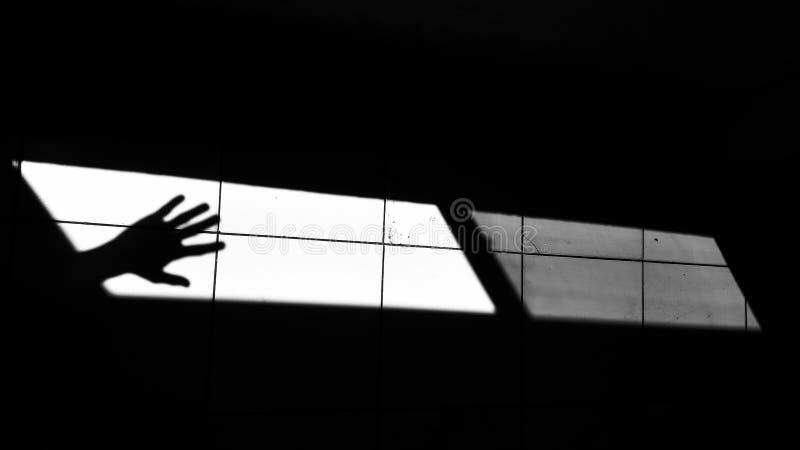 Luce ed ombra con la mano umana fotografie stock
