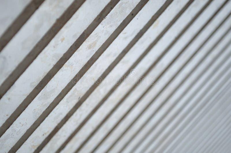 Luce ed ombre sulle colonne moderne in diagonale immagini stock