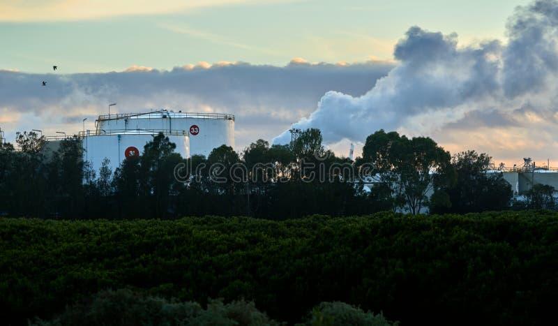 Luce industriale dei serbatoi del combustibile di mattina immagini stock