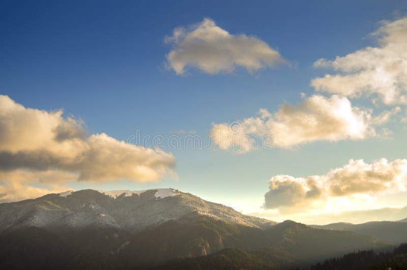 Luce luminosa di alba sopra le montagne, vedute dalla città di Predeal fotografia stock libera da diritti