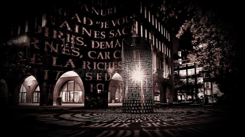 Luce mistica su una via di notte immagini stock