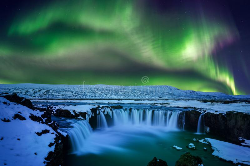 Luce nordica, aurora borealis alla cascata nell'inverno, Islanda di Godafoss fotografie stock