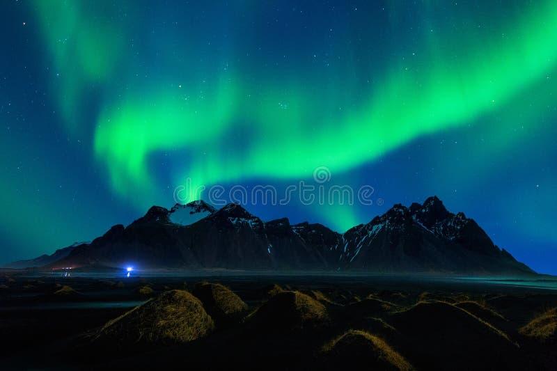 Luce nordica, aurora borealis alle montagne di Vestrahorn in Stokksnes, Islanda immagini stock