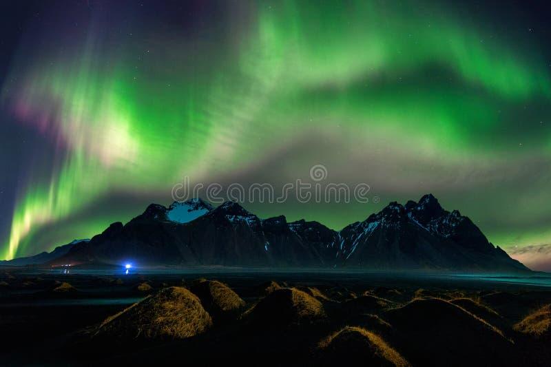 Luce nordica, aurora borealis alle montagne di Vestrahorn in Stokksnes, Islanda immagini stock libere da diritti