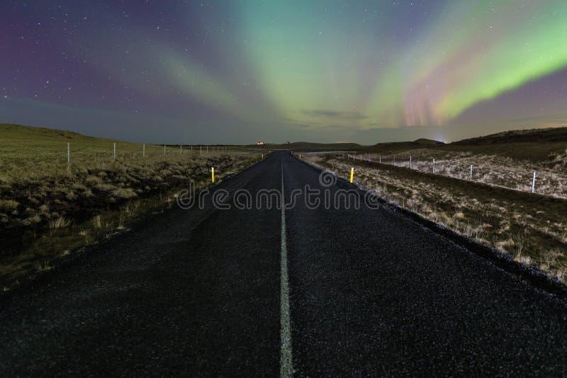 Luce nordica sopra la strada in strada della Norvegia A abbastanza in Scandinavia con un'illuminazione leggera nordica spettacola fotografie stock libere da diritti