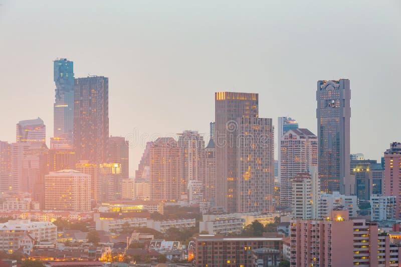 Luce notturna del centro di paesaggio urbano dell'edificio per uffici fotografia stock