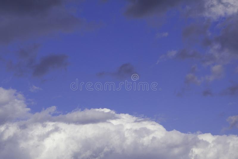 Luce porpora e blu in cielo con la nuvola marrone, luce rara sul cielo fotografia stock libera da diritti